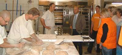 Stefan Spangemacher erläutert Johannes Röring (Bildmitte) die Produktion