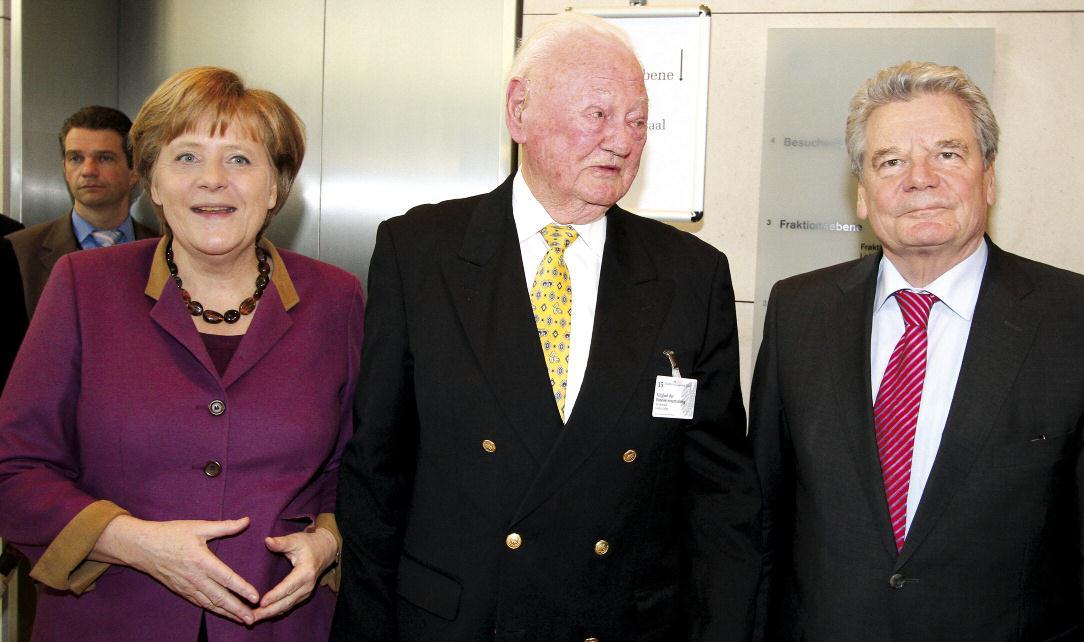 Bundeskanzlerin Angela Merkel, Bundespräsident Joachim Gauck und der älteste Wahlmann Günter-Helge Strickstrack