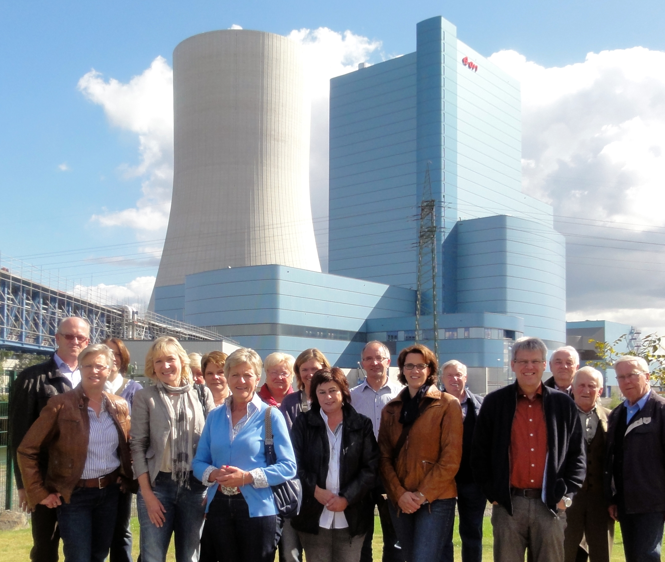 Teilnehmergruppe der FU Raesfeld-Erle vor dem Kraftwerk Datteln 4